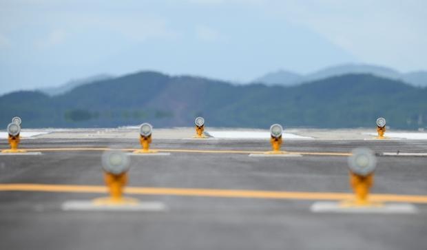 Đường cất hạ cánh của Cảng hàng không quốc tế Vân Đồn được trang bị hệ thống dẫn đường bay ILS Cat II, bảo đảm chỉ dẫn cho tàu bay hạ cánh an toàn ngay cả khi thời tiết bất lợi nhất.