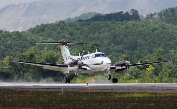 Cảng hàng không quốc tế Vân Đồn khởi công từ năm 2015 tại xã Đoàn Kết, huyện Vân Đồn (Quảng Ninh), trên diện tích 325 ha, được đầu tư theo hình thức BOT với tổng mức đầu tư khoảng 7.700 tỷ đồng. Đây là cảng hàng không đạt cấp 4E (theo mã tiêu chuẩn của Tổ chức hàng không dân dụng quốc tế - ICAO) và sân bay quân sự cấp II.