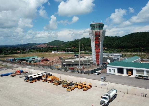 Nằm trong tổng thể thiết kế của sân bay, Đài kiểm soát không lưu được bố trí gần khu vực nhà ga quốc tế, có chiều cao 42 m, đảm bảo giám sát, điều phối máy bay đi và đến trên mặt đất và trên không an toàn tuyệt đối.