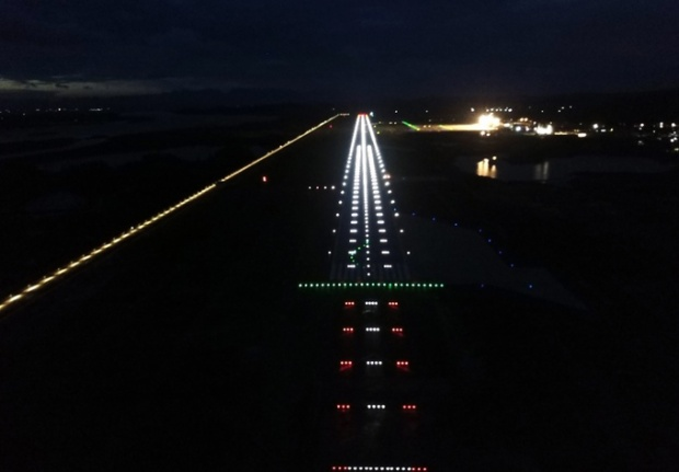Đường băng về đêm với hệ thống dẫn đường bay hiện đại.