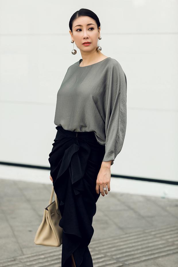 Hà Kiều Anh mang đến hình ảnh người phụ nữ thành thị sang trọng với tông đen của chân váy kết hợp với sắc xám tôn lên làn da trắng.