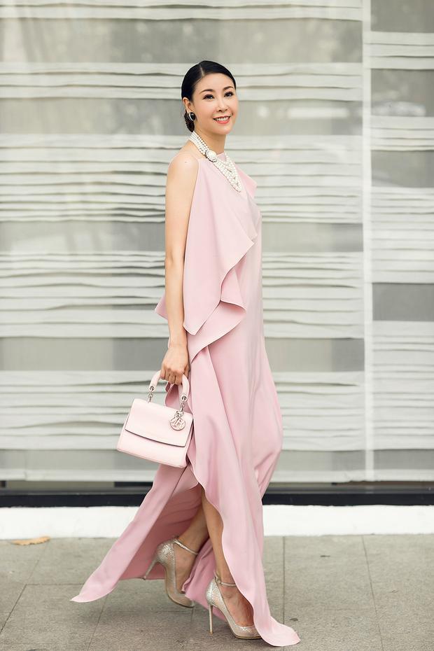 Hiện tại, Hà Kiều Anh đang đảm nhận vai trò giám khảo cho một cuộc thi nhan sắc. Vì thế, việc giữ gìn vóc dáng, duy trì sự ổn định trong phong cách thời trang càng quan trọng hơn.