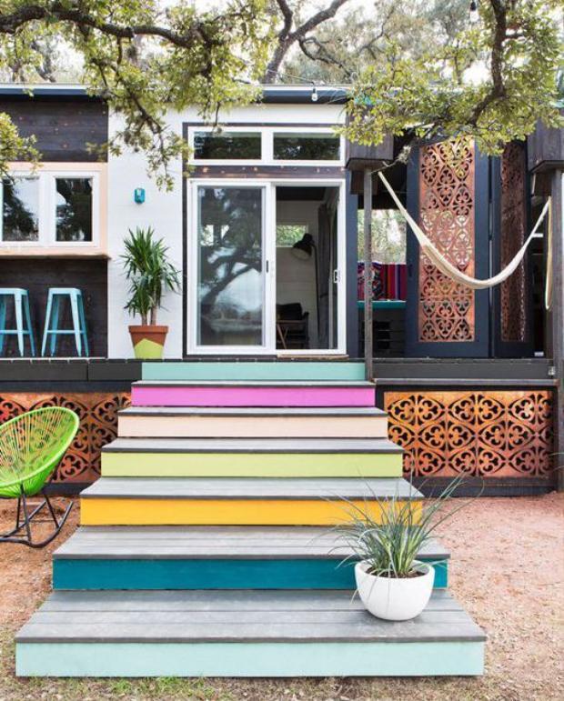 Cầu thang đầy sắc màu với chiếc võng sẽ cho bạn phút giây thư giãn tuyệt vời phía sau ngôi nhà.