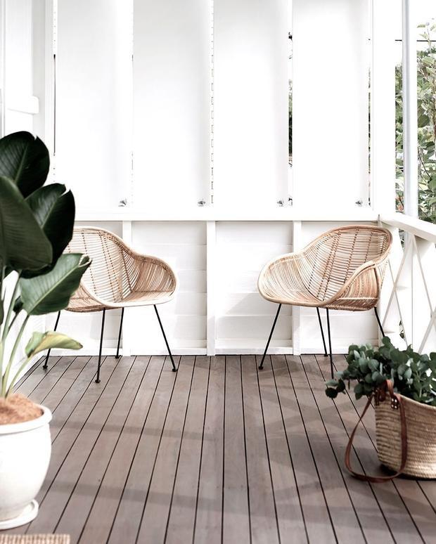 Nếu muốn tối giản mọi thứ và tạo không gian vùng nhiệt đới thì bạn có thể sơn màu trắng cho bức tường gỗ xung quanh cùng vài chậu cây đơn giản cùng những chiếc ghế mây thanh lịch này.