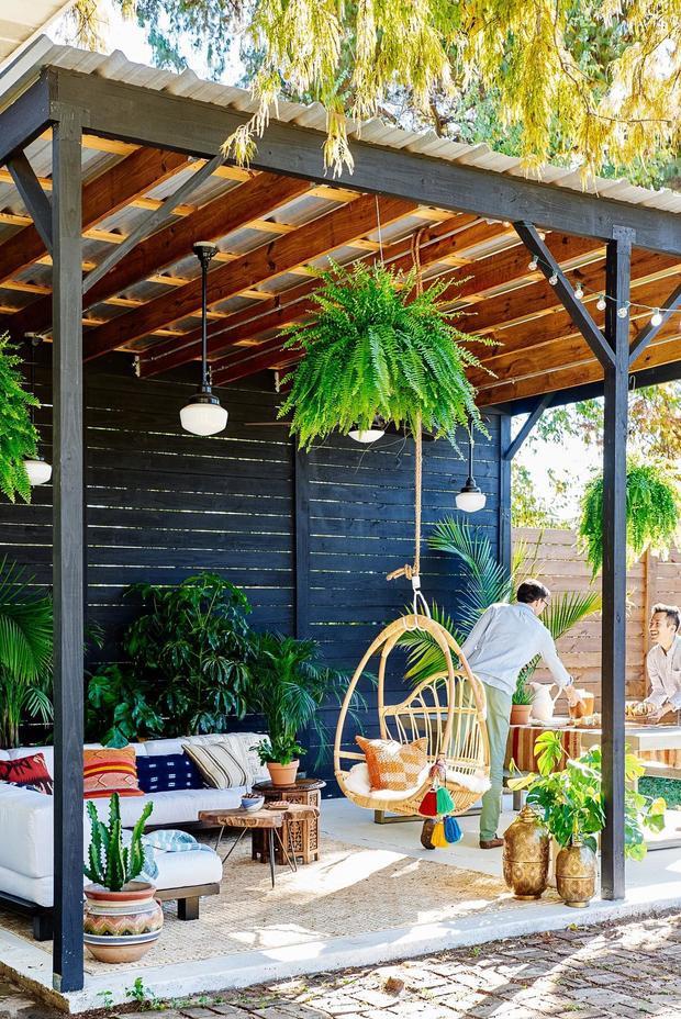 Một sự độc đáo với chiếc ghế treo trong khoảng không gian tràn ngập cây xanh và ánh nắng cho những người thích hòa mình vào thiên nhiên.