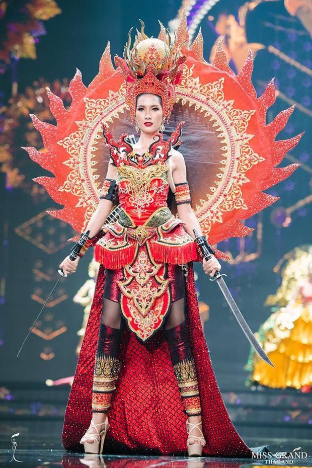 Tròn xoe mắt vì trang phục dân tộc độc nhất vô nhị của thí sinh Hoa hậu Hòa bình Thái Lan 2018