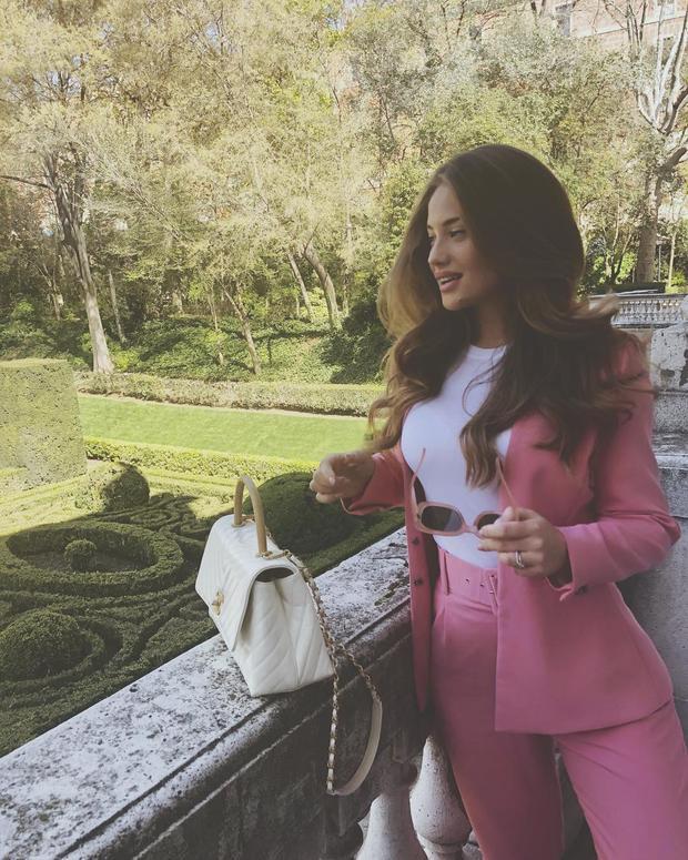 Izabel có gu thời trang khá đa dạng, cô luôn làm mới mình với nhiều thể loại trang phục khác nhau. Khi thì nóng bỏng với váy ôm, lúc lại lịch lãm không kém phần ngọt ngào với cả cây suite hồng.