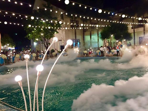 Hiệu ứng ánh sáng và khói phun khắp bể bơi.