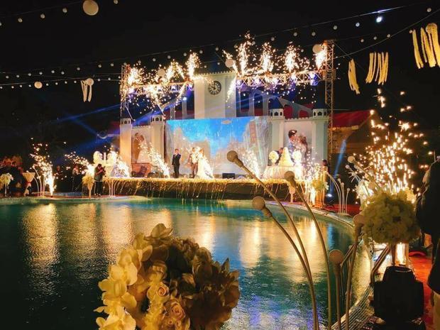 Sân khấu lung linh trong đêm.