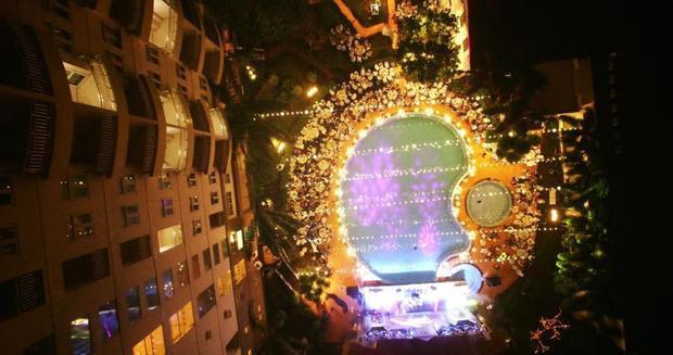 Toàn cảnh đêm tiệc lấp lánh sắc màu từ trên cao.