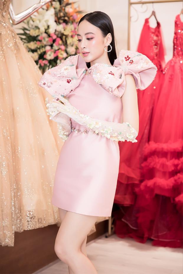 Angela Phương Trinh cho biết, mỗi lần xuất hiện tại các sự kiện cô đều được e-kip riêng lên ý tưởng và chuẩn bị trang phục chu đáo.