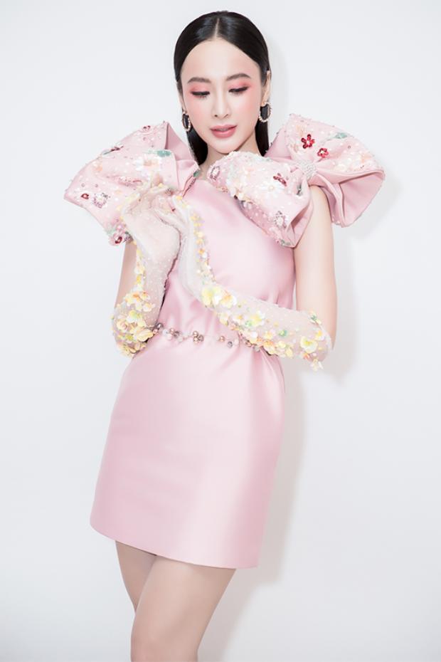 """""""Bà mẹ nhí"""" vô cùng trẻ trung với chiếc váy hồng thạch anh trên chất liệu vải bóng được đính nơ to bản."""