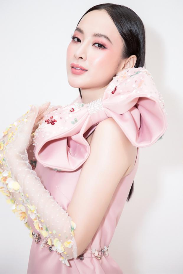 Là một ngôi sao đắt show sự kiện, Angela Phương Trinh không ngừng đổi mới về phong cách thời trang.