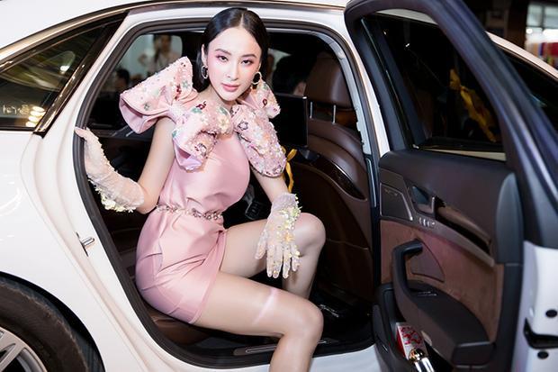 Mới đây, Angela Phương Trinh đã gây được sự chú ý khi xuất hiện tại một sự kiện được tổ chức tại TP.HCM. Người đẹp chưng diện cầu kỳ, đi xế hộp bạc tỷ đến địa điểm tổ chức.
