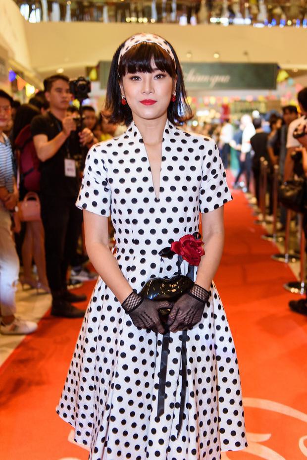 Còn nhớ trước đây, Hoàng Yến Chibi từng khiến không ít khán giả lắc đầu ngán ngẩm với bộ cánh rườm rà, kết hợp quá nhiều thứ trên cùng một outfit.