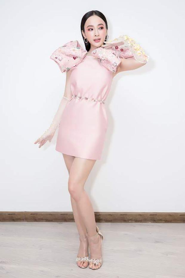 Tham dự một sự kiện gần đây, Angela Phương Trinh ghi dấu ấn cùng bộ váy hồng san hô nhã nhặn, đính nơ ngay vai.