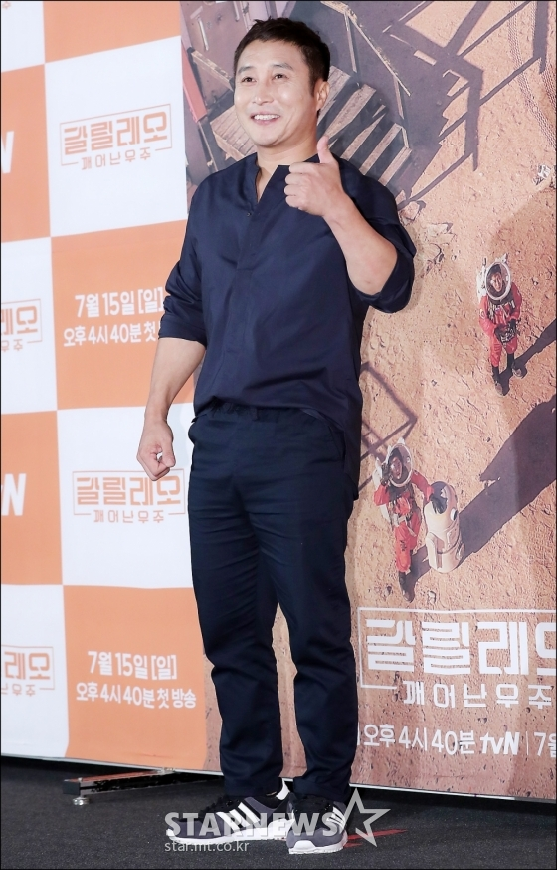 """""""Tộc trưởng"""" tài năng, giàu kinh nghiệm sống ở trong rừng Kim Byung Man."""