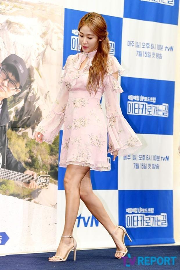 Chiếc váy thướt tha của Soyou đốn tim fan.