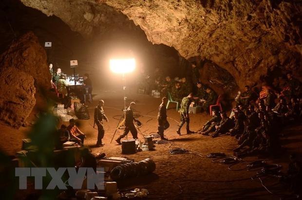 Binh sĩ Thái Lan tìm kiếm các thành viên đội bóng thiếu niên mất tích trong hang Tham Luang ngày 26/6. Ảnh: AFP/TTXVN