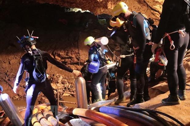 Lực lượng cứu hộ tham gia chiến dịch giải cứu các thành viên đội bóng thiếu niên mắc kẹt trong hang Tham Luang. Nguồn: AFP/TTXVN