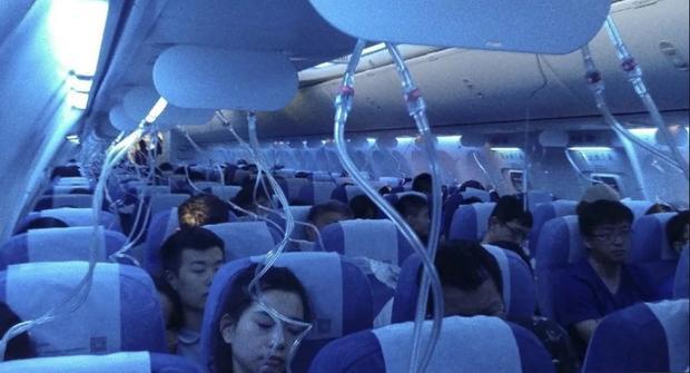 Mặt hạ oxy bung khi máy bay giảm độ cao đột ngột. Ảnh: SCMP