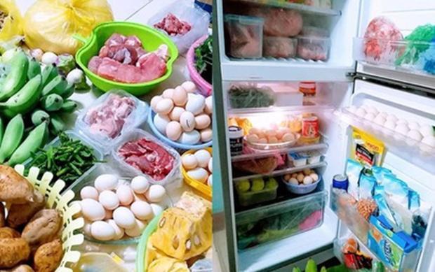 """Tủ lạnh """"chật ních"""" quà quê của cha mẹ cô gửi lên."""