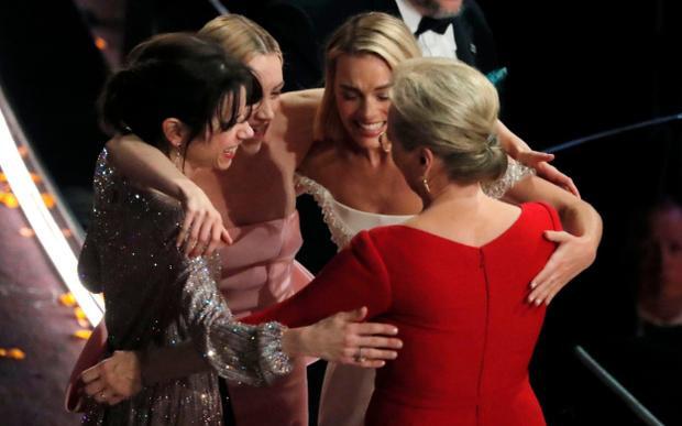 Hai bà hoàng đình đám đối đầu nhau trong trailer 'Mary  Nữ hoàng Scotland'