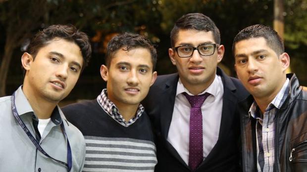 Sau 24 năm, hai cặp song sinh đã tìm lại được người anh/em ruột của mình và giờ đây họ trở thành 4 người anh em thân thiết. Ảnh: BBC