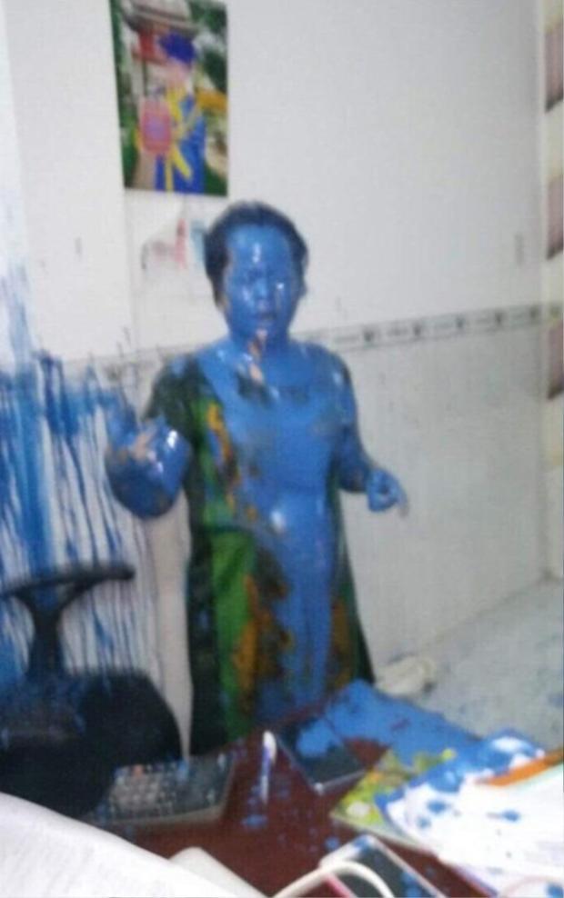 Hình ảnh bà Chi bị tạt sơn tại văn phòng.