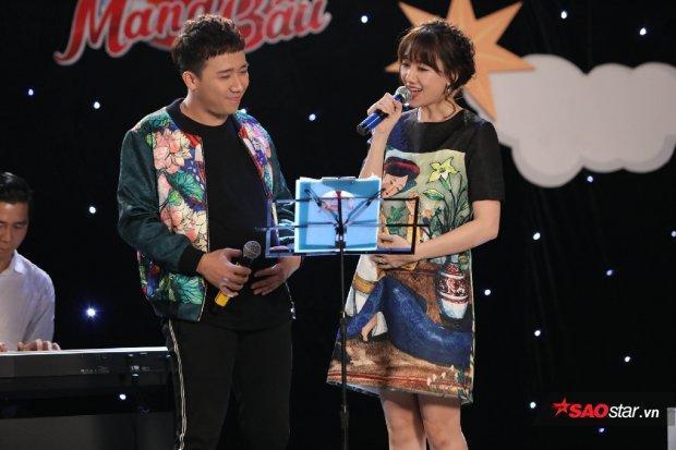 Nếu Hari chưng diện chiếc váy suông duyên dáng, họa tiết mẹ bồng con thì Trấn Thành lại nổi bật cùng áo khoác bomber hình ảnh hoa sen.