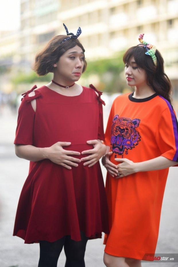 Mà nào phải mới đây, ngay từ những tập đầu của chương trình, gia đình Xìn-Ri đã nhiều lần khiến khán giả thích thú với cách mặc đồ đôi trên toàn mặt trận. Đơn cử như áo bầu cùng tông màu nóng và phụ kiện nơ tai thỏ làm duyên…