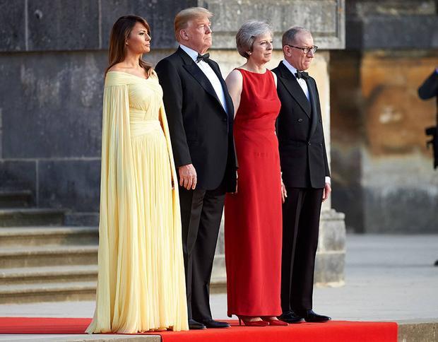 Cặp đôi tổng thốngTrump và vợ chồng thủ tướngTheresa May trong không khí trang nghiêm tại điệnBlenheim.