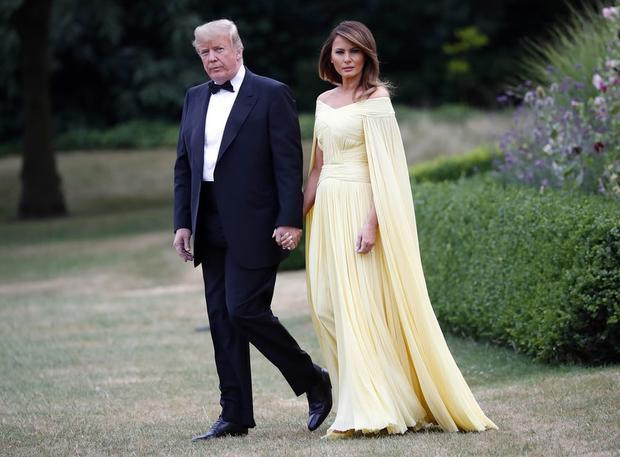 Đệ nhất phu nhân thu hút trong bộ cánh vàng bắt mắt đến từ nhà thiết kế người Pháp J. Mendel có giá khoảng 7.000 USD.