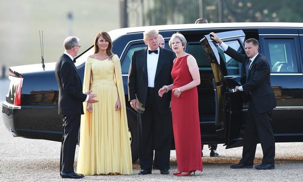 Các nhân vật chính rạng rỡ trong buổi gặp mặt, 2 người phụ nữ quyền lực nổi bật trong những chiếc đầm với thiết kế sang trọng, quý phái.