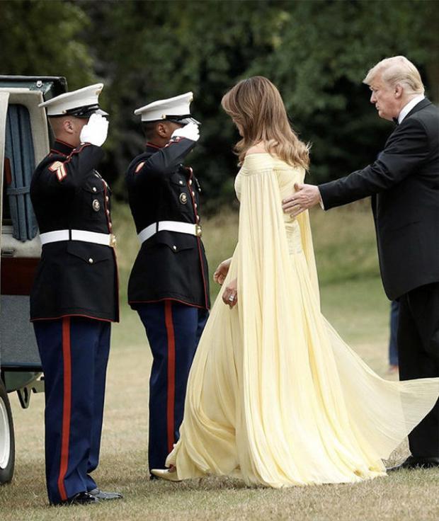 Chiếc đầm với thiết kế điệu đà với chất liệu vải mềm rũ và phần vai hở làm tăng vẻ nữ tính cho người mặc. Phần tay cape với vải xòe giúp Menanila Trump trông như 1 bà hoàng quyền lực. Người phụ nữ sắc sảo chọn một đôi cao gót cùng tông màu với chiếc đầm.