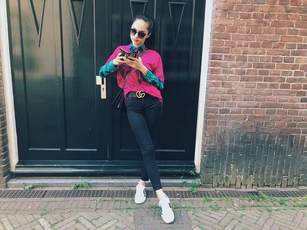 Nàng hậu nhấn nhá vẻ sang trọng bằng mẫu áo khoác hồng, chọn mắt kính, thắt lưng và sandals đều của Gucci tô đậm phong cách thời thượng.