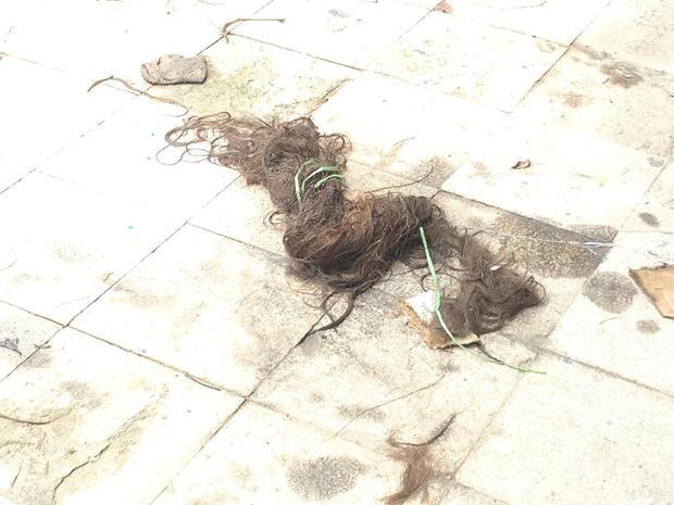 Phần tóc của nạn nhân vẫn còn ở hiện trường.