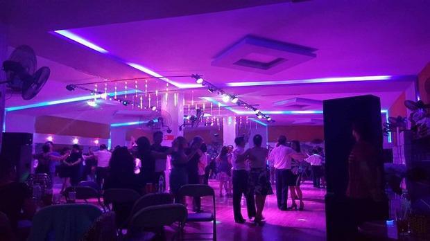 """Hốt bạc từ nghề """"dẫn nhảy"""" cho quý bà Mới 9 giờ sáng nhưng tại một sàn nhảy cổ điển ở Ba Đình (Hà Nội), các bàn trà đã chật kín người. Trong ánh đèn mờ ảo, khi tiếng nhạc cất lên, các cặp đôi dìu nhau ra sàn, thả hồn theo những điệu nhảy."""