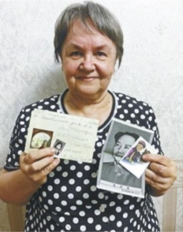 Bà Ivanva cầm trên tay những thứ nhận được từ người bạn qua thư. Ảnh: kaixian.tv