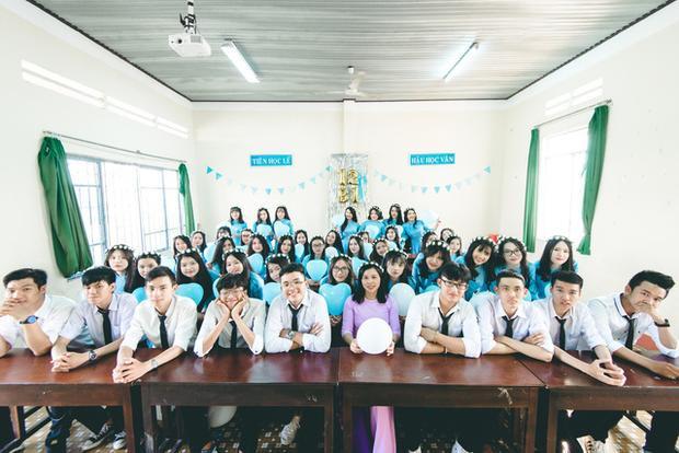 Em Minh (thứ 3 bên phải sang) cùng cô giáo chủ nhiệm và lớp 12B1