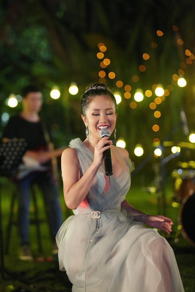 Ca sĩ Hồng Nhung cũng bày tỏ sự ủng hộ và vui mừng khi A2 của làng nhạc đã chịu thực hiện nhiều dự án cho các fan ở Việt Nam. Lam Trường vẫn cho thấy mình luôn bắt kịp với xu hướng thông qua việc thực hiện một liveshow âm nhạc trên YouTube.