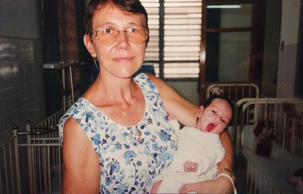 Marion trong vòng tay mẹ nuôi thời điểm 2 tháng tuổi. Ảnh: NVCC.