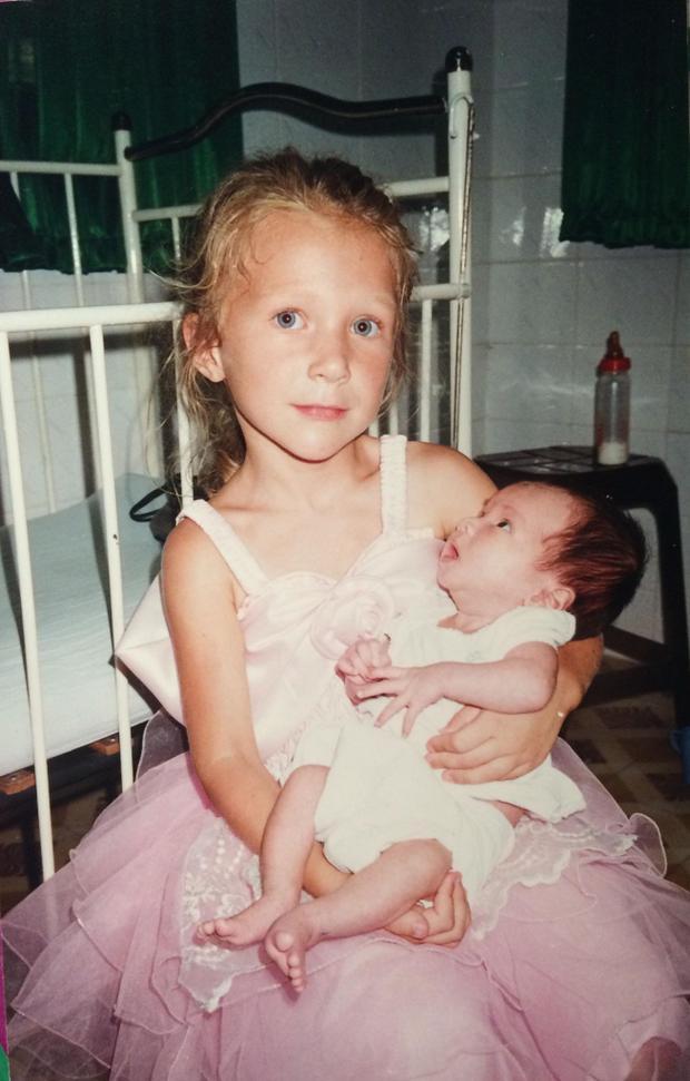 Chị gái cách Marion 5 tuổi, rất thương yêu cô. Ảnh: NVCC