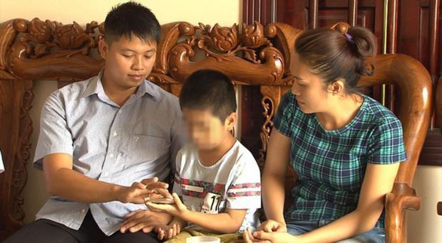 Hiện con trai ruột của chị Hương đang được vợ chồng anh Sơn nuôi dưỡng.