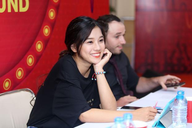 Nụ cười rạng rỡ luôn nở trên môi nữ ca sĩ 23 tuổi.