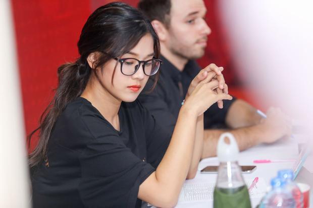 Hooàng Yến Chibi chăm chú với công việc giám khảo.