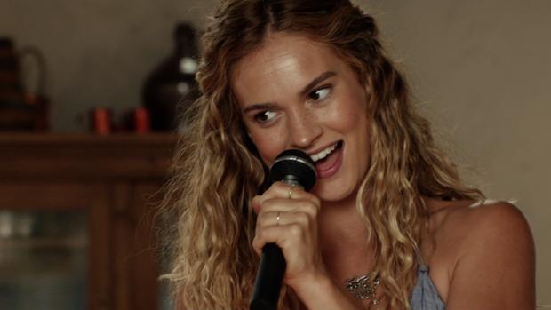 Lily trổ tài với giọng hát ngọt ngào, đầy nội lực trong bộ phim.