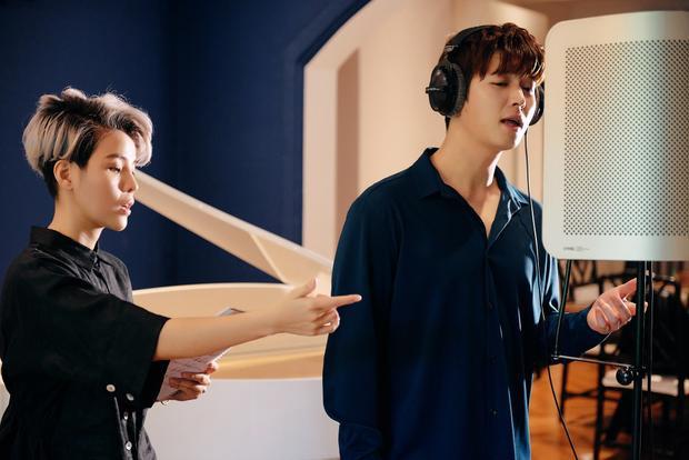 Mặc dù lần đầu kết hợp cùng nhau nhưng trong hậu trường, Vũ Cát Tường và Shin Hyun Woo rất vui vẻ hợp tác và thường xuyên đùa giỡn để tạo không khí thoải mái cho buổi làm việc. Vũ Cát Tường vốn được fan gọi bằng nickname Mèo còn Shin Hyun Woo lại được gọi là Heo và nữ ca sĩ khá nghịch ngợm, có phần bắt nạt Shin Hyun Woo.