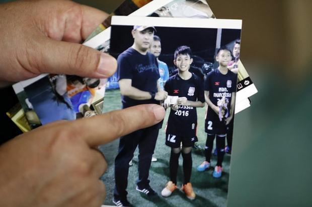 Ông Banphot Konkum cho phóng viên xem hình của con trai. Ảnh: AP.