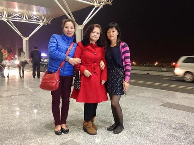 Bà Hạnh (giữa) hạnh phúc khi tìm được con gái ruột